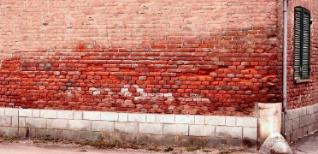 destruction du mur causée par l'humidité